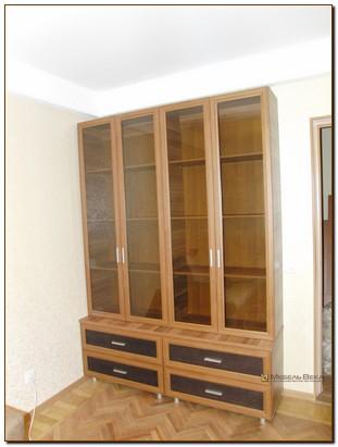 Книжные шкафы с дверцами