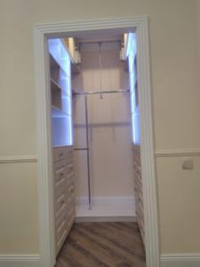 гардеробная комната с подстветкой