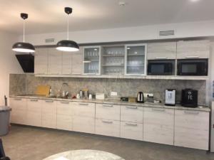 01 кухня прямая большая натуральные цвета