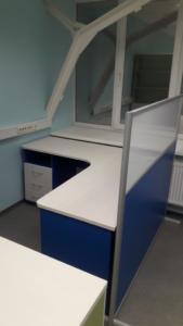 01 стол офисный с перегородкой